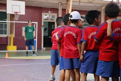 Projects Abroad Sports volunteer from America begins a physical education exercise with students at Escuela Braulio Cervantes in Heredia, Costa Rica