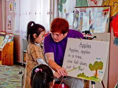 A Projects Abroad volunteer teaches a little girl a poem in Mongolia